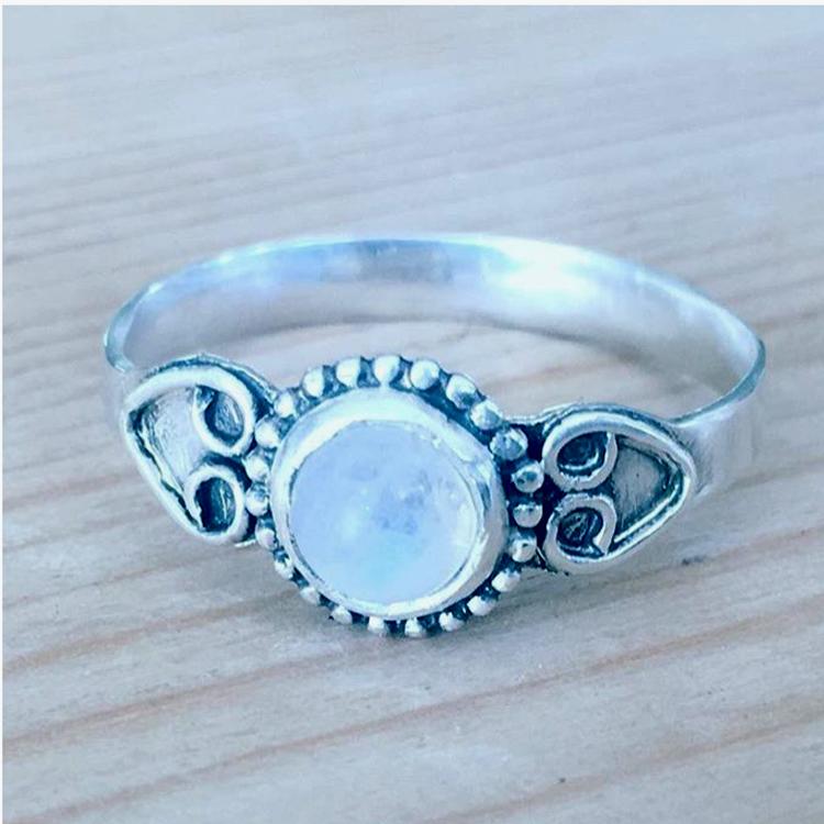 De ring is gemaakt van sterling zilver en pareldraad met een maansteentje