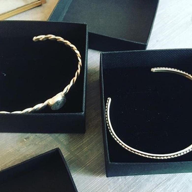 Armband met getordeerd draad van sterling zilver en een labradoriet steentje. De tweede van sterling zilver draad met daarop gewalst pareldraad.