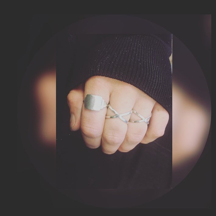 De ringen zijn van sterling zilver draad die aan de voor en achterkant elkaar kruisen.
